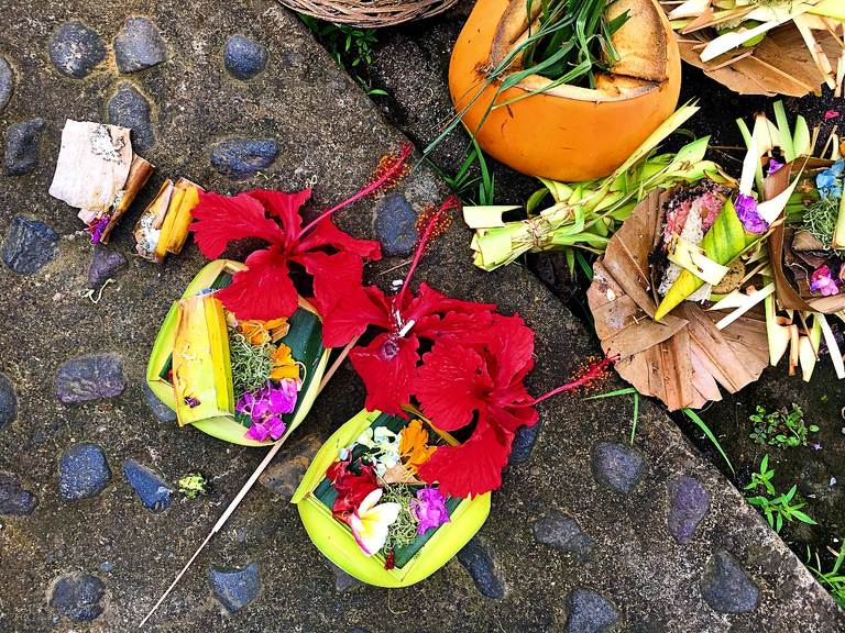 церемонии бали, подношения, балийские подношения, мелукат, ритуал омовения