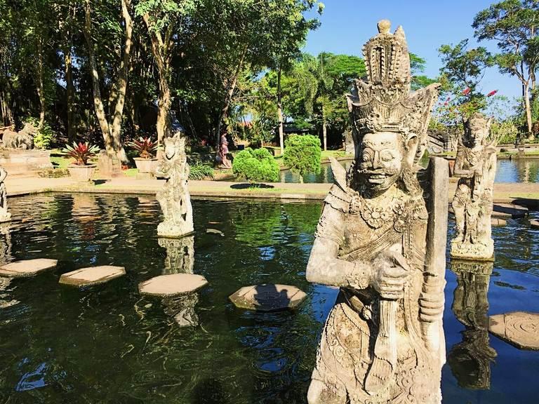 Водный дворец Тиртаганга на Бали, статуя